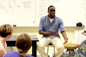 Alumnus Amir Vera speaks to current journalism students on the TRN staff. Photo by Chris Waugaman.